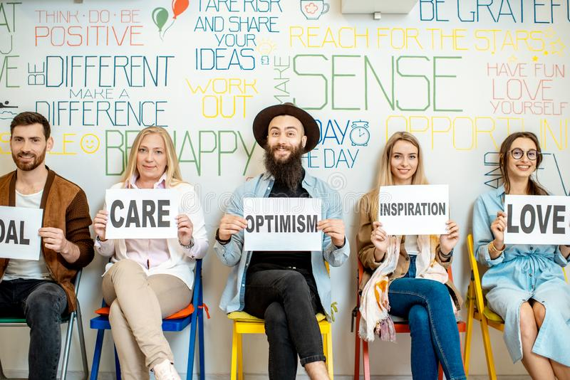 Группа людей держа слова на теме психических здоровий стоковая фотография