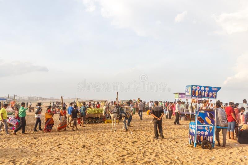 Группа людей собрала на пляже Марины, имеющ потеху в океанских волнах с красивыми облаками, Ченнаи, Индию 19-ое августа 2017 стоковая фотография