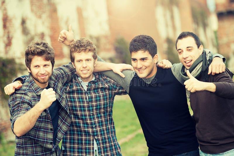 группа мальчиков снаружи стоковая фотография rf
