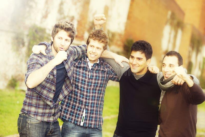 группа мальчиков снаружи стоковые фото