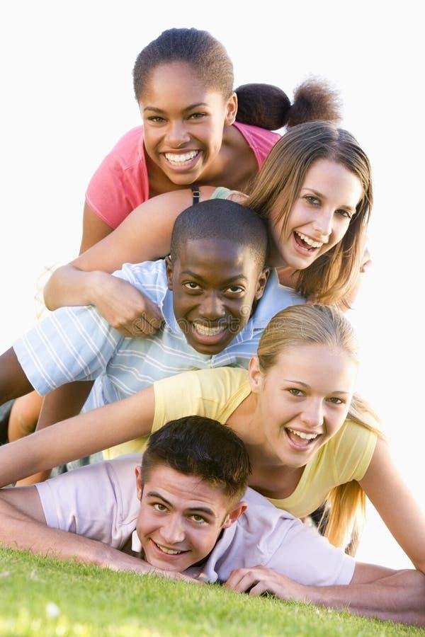 группа потехи имея outdoors подростки стоковое фото rf