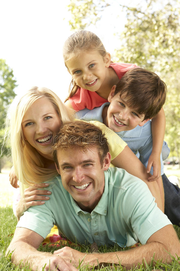 группа потехи семьи имея парк стоковое изображение