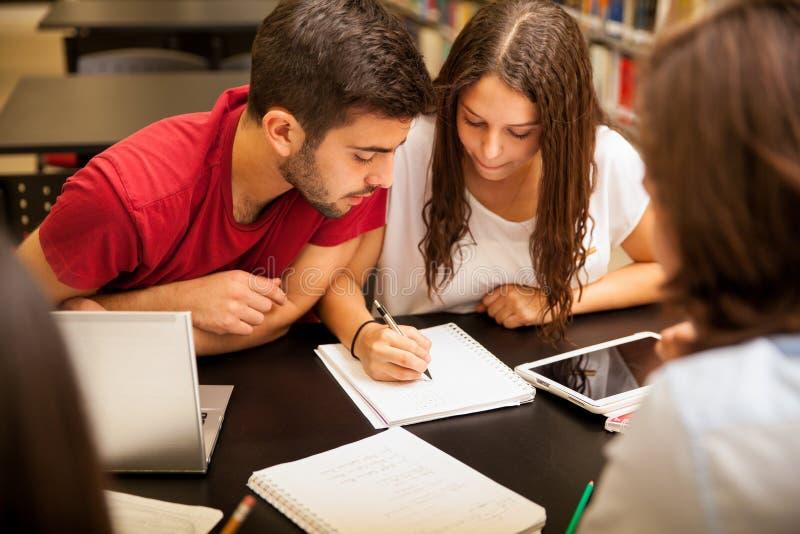 Группа по изучению делая домашнюю работу стоковая фотография