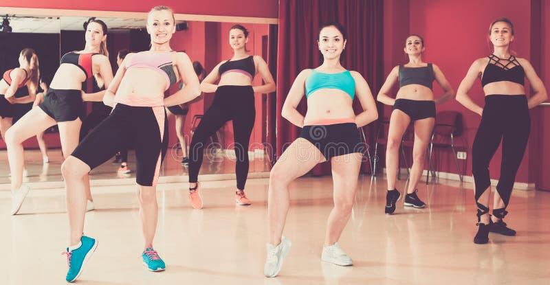 Группа практикует движение свода в танце джаза стоковое фото rf
