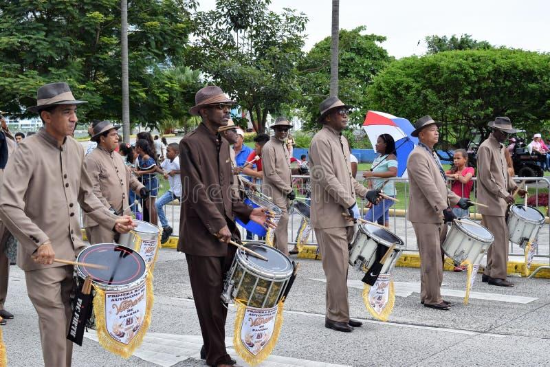 Группа проходя парадом на патриотические дни в Панаме стоковые фотографии rf
