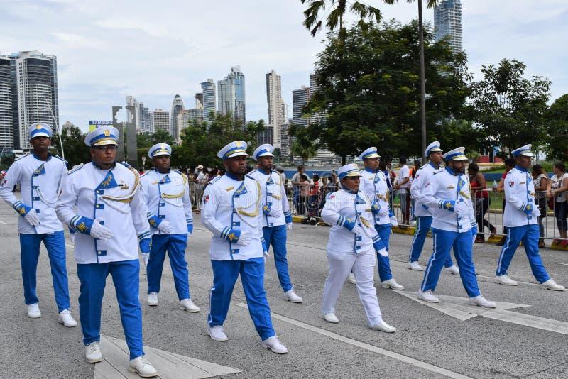 Группа проходя парадом на патриотические дни в Панаме стоковые изображения