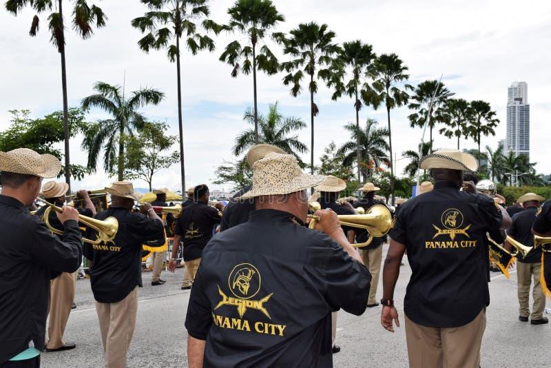 Группа проходя парадом на патриотические дни в Панаме стоковая фотография