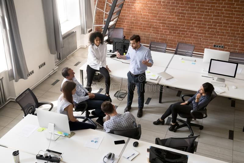 Группа работников офиса разнообразия слушая руководителя на компании m стоковое фото