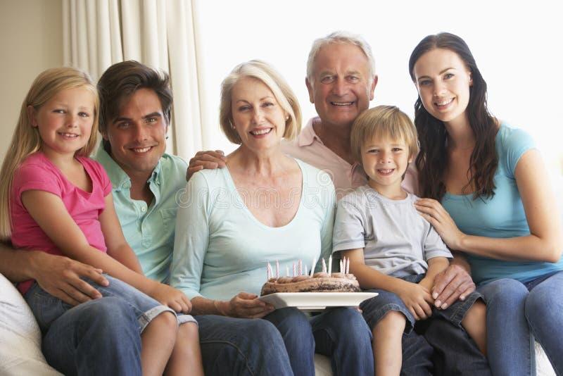 Группа семьи из нескольких поколений празднуя день рождения стоковое фото