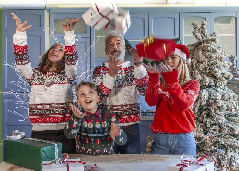 Группа семьи на Рождество вытягивая вверх по подарку стоковое фото