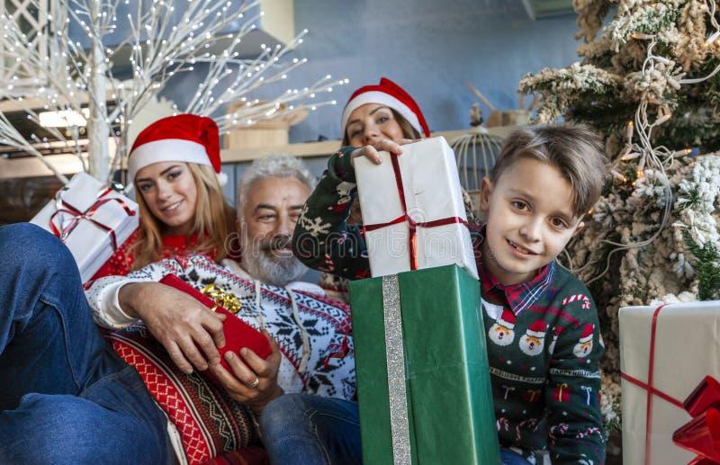 Группа семьи под полночью рождественской елки ждать стоковая фотография