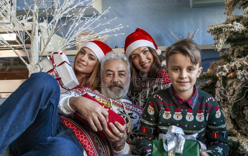 Группа семьи под полночью рождественской елки ждать стоковое фото rf
