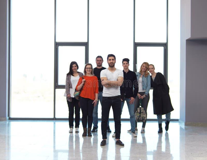 Группа студентов стоя совместно как команда стоковая фотография rf