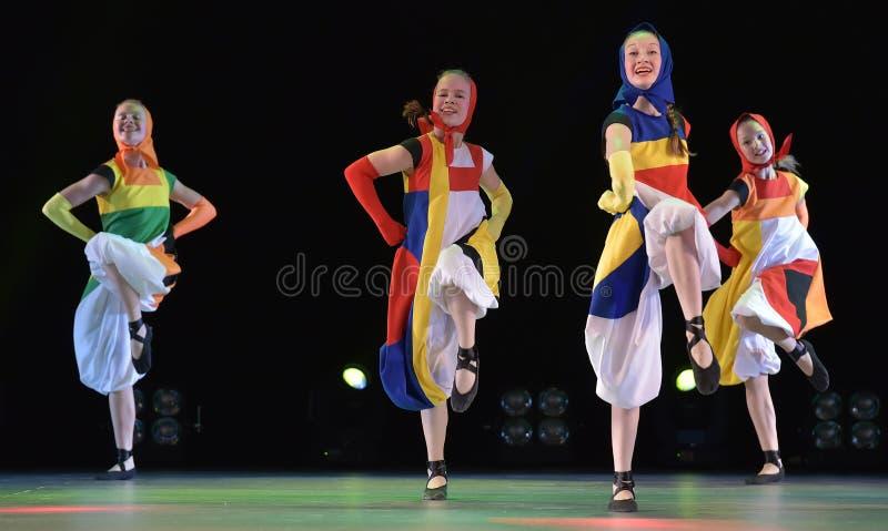 Группа танца ` s детей на этапе стоковое фото rf