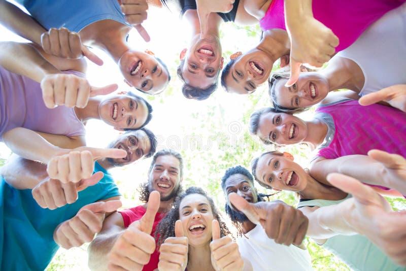 Группа фитнеса усмехаясь на камере в парке стоковое фото rf
