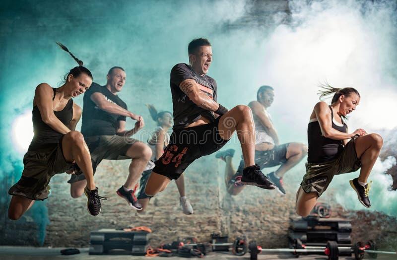 Группа людей вполне энергии делая тренировку пинком стоковые фото
