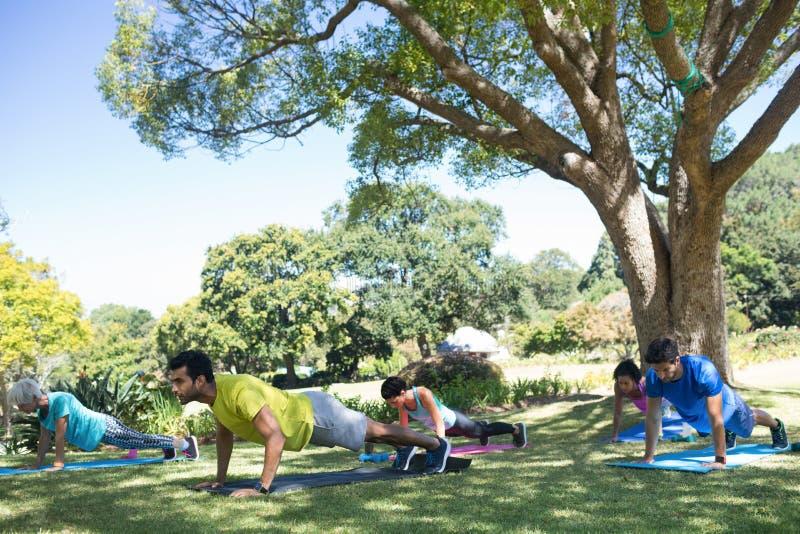 Группа людей выполнять нажимает поднимает в парке стоковое фото rf