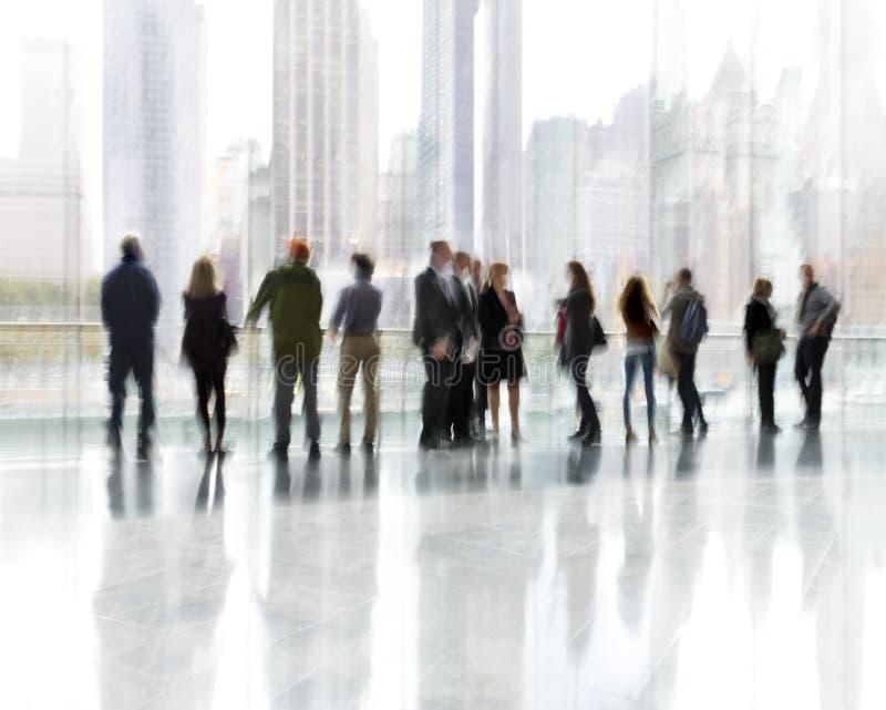 Группа людей в деловом центре лобби стоковая фотография rf