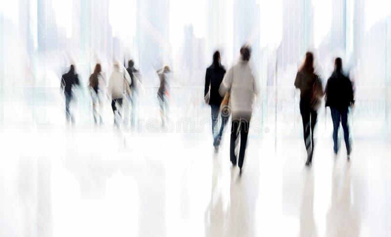 Группа людей в деловом центре лобби стоковая фотография