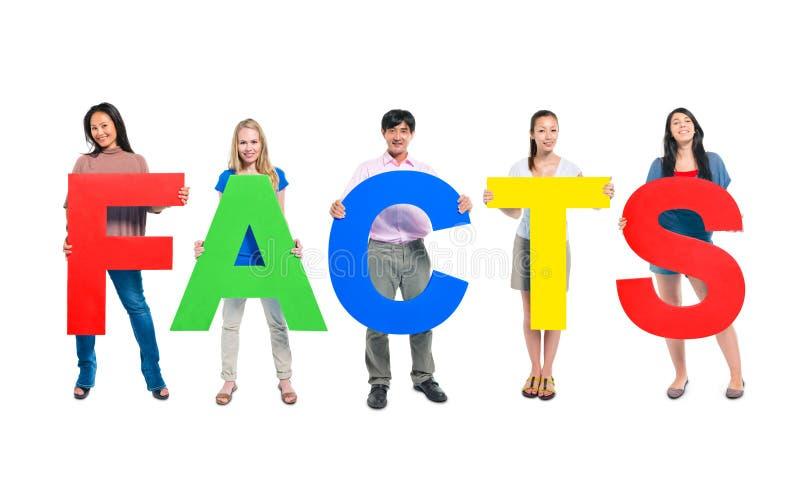 Группа людей держа факты слова стоковые изображения rf