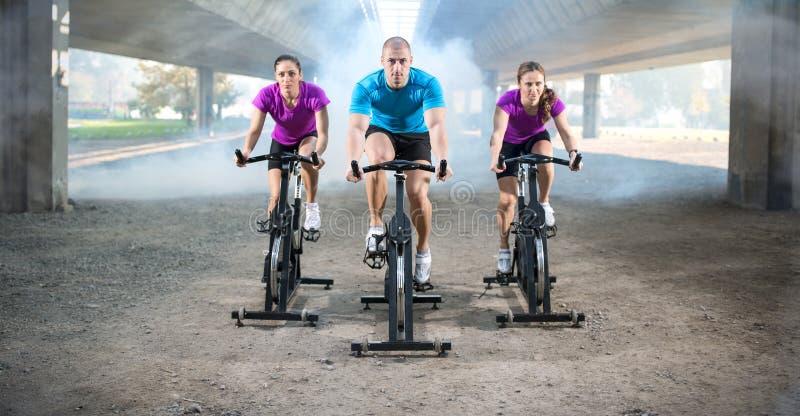 Группа людей делая закручивать на велосипед цикла стоковые изображения rf