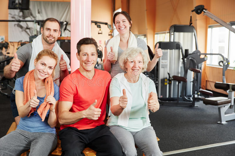 Группа людей и старшая женщина держа большие пальцы руки вверх стоковая фотография rf
