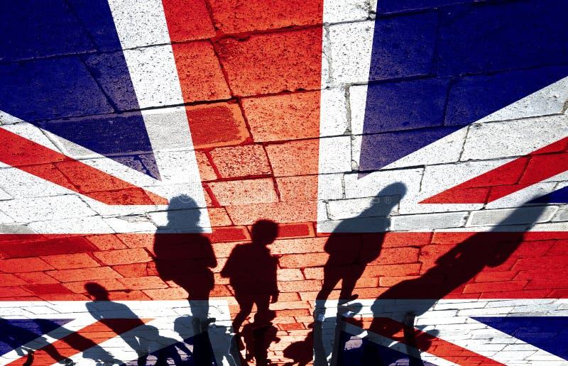 Группа людей на флаге Великобритании стоковое фото
