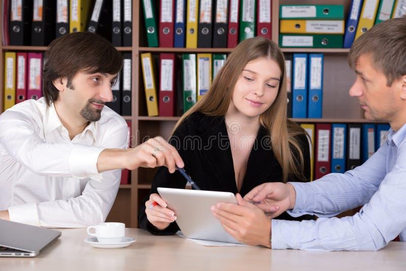 Группа людей обсуждая вопрос дела на офисе стоковые фотографии rf