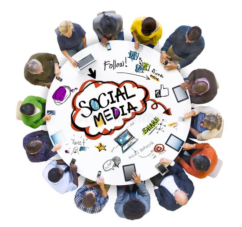 Группа людей обсуждая социальные средства массовой информации стоковое фото rf