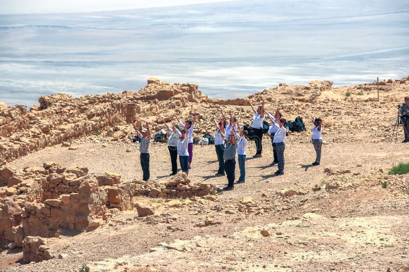 Группа людей поднимает его оружия к солнцу стоковые фотографии rf
