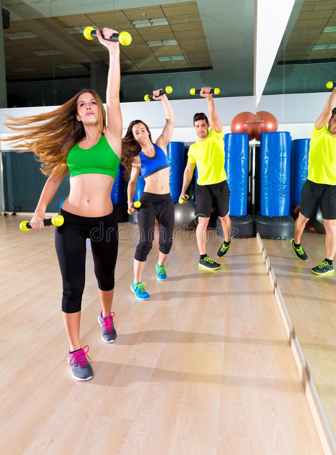 Группа людей танца Zumba cardio на спортзале фитнеса стоковое изображение rf