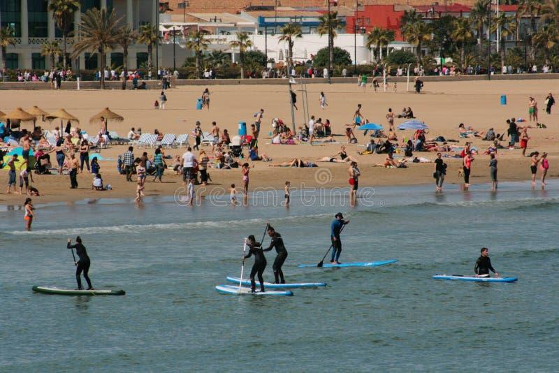 Группа Serfing в среднеземноморских водах Валенсии, Испании стоковая фотография rf