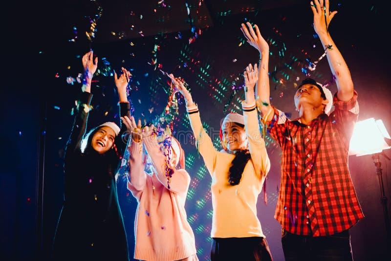 Группы в составе друзья азиатские люди и женщины празднуют рождественскую вечеринку стоковые изображения rf