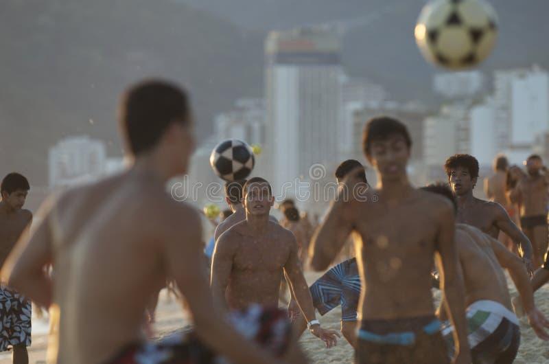 Группы в составе молодые бразильские люди играя Altinho Beac стоковое изображение