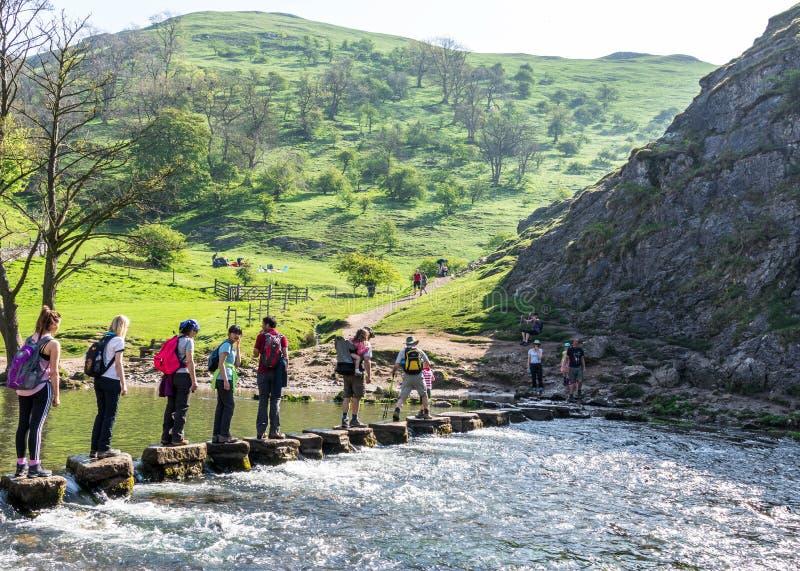 Группы людей пересекая прогулку реки Dovedale стоковое изображение rf