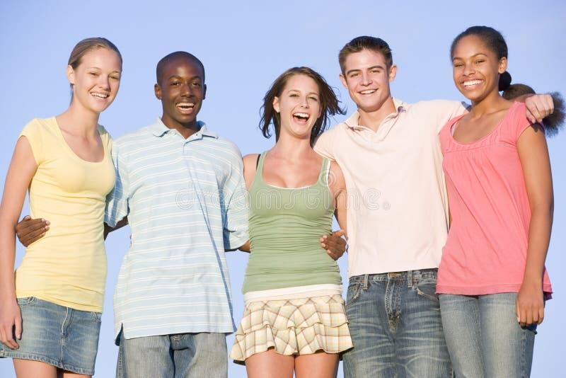 группы подростки портрета outdoors стоковая фотография rf