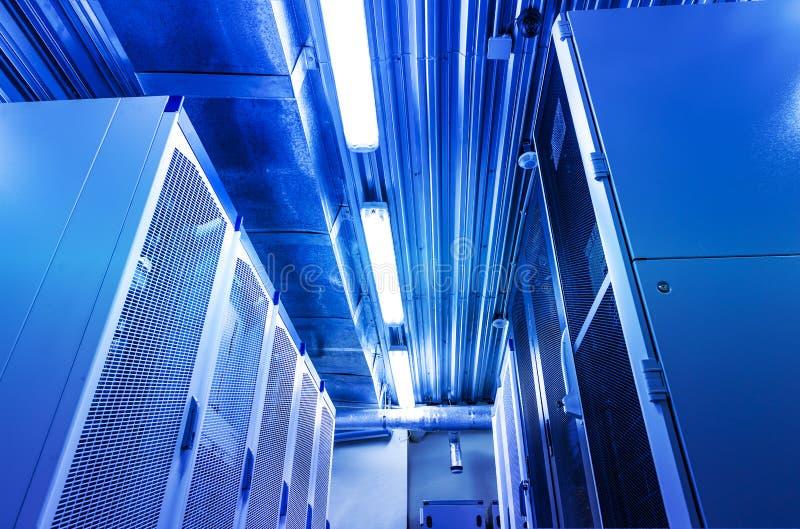 группы суперкомпьютера в центре данных комнаты Современная концепция компьютера технологии сети и радиосвязи: комната сервера вну стоковое изображение rf