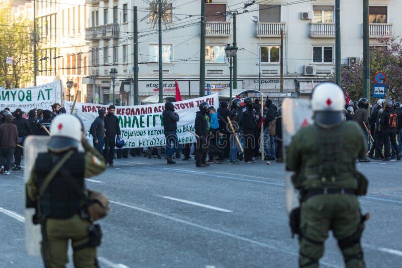 Группы члена левой партии и анархиста ища упразднение новых максимальных тюрем безопасностью, столкнутое с полицией по охране общ стоковые изображения