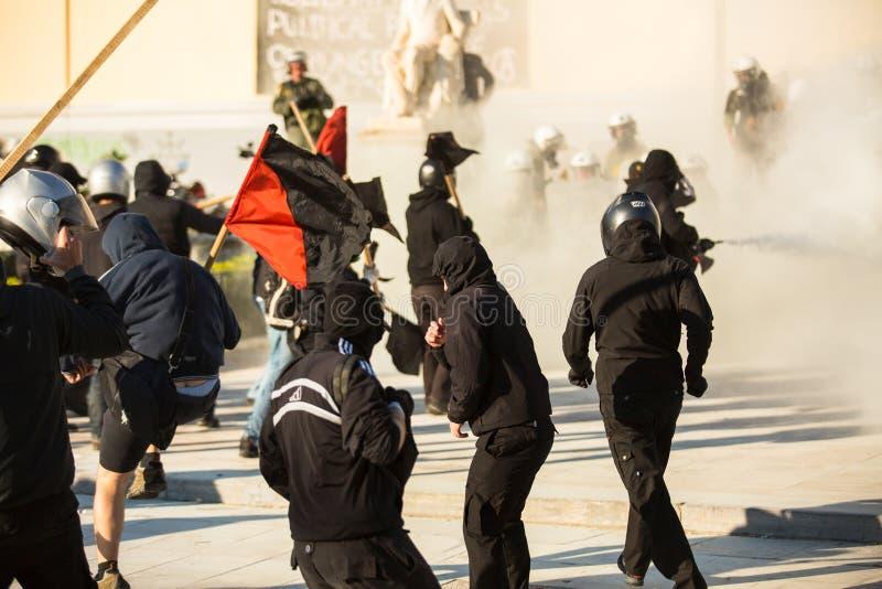 Группы члена левой партии и анархиста ища упразднение новых максимальных тюрем безопасностью, столкнутое с полицией по охране общ стоковая фотография