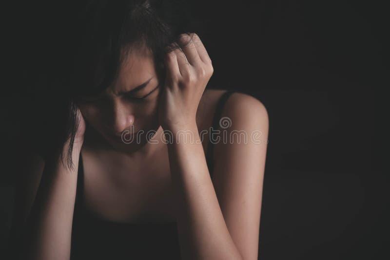 Грустная подавленная женщина страдая от семейной жизни стоковые изображения