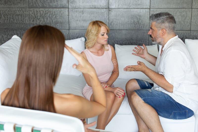 Грустные пары обсуждая на терапии пар стоковые изображения rf