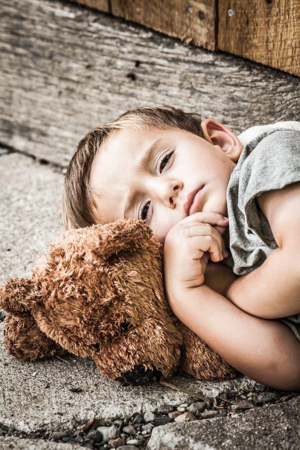 Грустный бездомный мальчик стоковая фотография