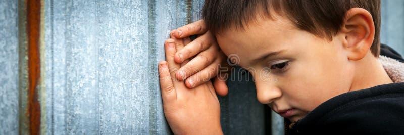 Грустный бездомный мальчик стоковое изображение rf