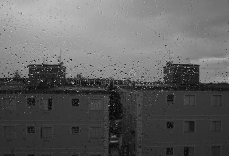 Грустный дождь на зданиях стоковая фотография