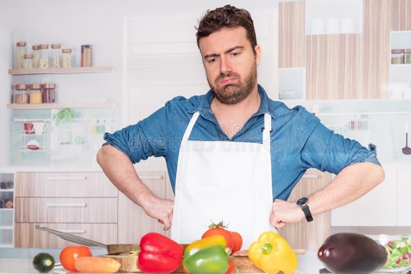 Грустный и разочарованный человек с проблемой в кухне стоковое изображение rf