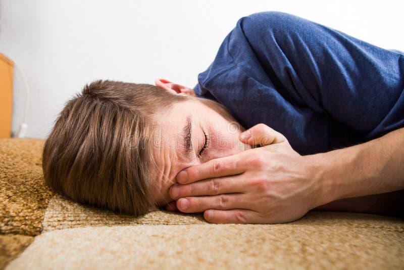 Грустный плакать молодого человека стоковые изображения