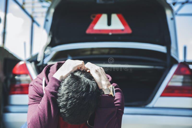 Грустный человек со сломленным автомобилем стоковое фото rf
