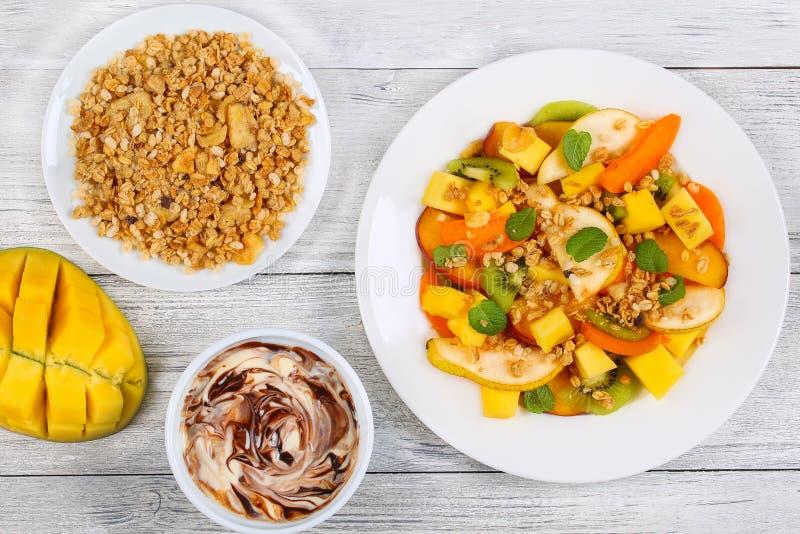 Груша, киви, абрикос, салат манго с muesli стоковые фотографии rf