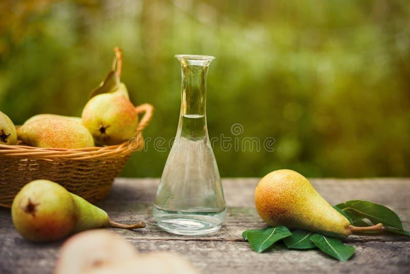 Груша с бутылкой рябиновки плодоовощ стоковые изображения rf