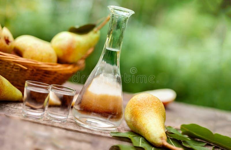 Груши и бутылка с рябиновкой груши стоковые изображения rf